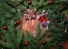 抽象空白背景圣诞节黑暗的装饰设计模式红色的星形 圣诞节与装饰的杉树在与拷贝空间的难看的东西背景 图库摄影