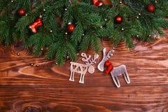 抽象空白背景圣诞节黑暗的装饰设计模式红色的星形 圣诞节与装饰的杉树在与拷贝空间的难看的东西背景 免版税图库摄影