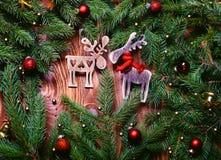抽象空白背景圣诞节黑暗的装饰设计模式红色的星形 圣诞节与装饰的杉树在与拷贝空间的难看的东西背景 免版税库存图片