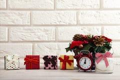 抽象空白背景圣诞节黑暗的装饰设计模式红色的星形 在白色墙壁旁边观看蜡烛和圣诞树在一张木桌上 图库摄影