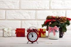 抽象空白背景圣诞节黑暗的装饰设计模式红色的星形 在白色墙壁旁边观看蜡烛和圣诞树在一张木桌上 免版税库存照片