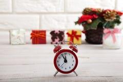 抽象空白背景圣诞节黑暗的装饰设计模式红色的星形 在白色墙壁旁边观看蜡烛和圣诞树在一张木桌上 免版税库存图片