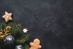 抽象空白背景圣诞节黑暗的装饰设计模式红色的星形 姜饼曲奇饼、杉树、圣诞节玩具和假日装饰框架 库存照片
