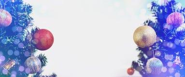 抽象空白背景圣诞节黑暗的装饰设计模式红色的星形 与五颜六色的装饰和Bokeh的全景圣诞树,在白色背景 免版税库存照片
