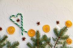 抽象空白背景圣诞节黑暗的装饰设计模式红色的星形 与冷杉的新年装饰分支,糖果锥体,传统香料,茴香星,干桔子的心脏 免版税库存图片