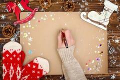 抽象空白背景圣诞节黑暗的装饰设计模式红色的星形 与拷贝空间的牛皮纸假日问候、照片或者文本的 Xmas欢乐卡片,圣诞老人的信件 顶视图 免版税库存照片