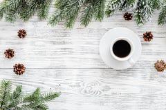 抽象空白背景圣诞节黑暗的装饰设计模式红色的星形 咖啡,云杉的分支,在轻的木背景顶视图copyspace的杉木锥体 库存图片