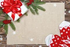 抽象空白背景圣诞节黑暗的装饰设计模式红色的星形 xmas欢乐卡片 顶视图 假日问候的牛皮纸 新年,假日概念 免版税库存图片