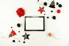 抽象空白背景圣诞节黑暗的装饰设计模式红色的星形 xmas装饰的创造性的抽象构成 库存照片
