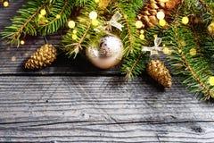 抽象空白背景圣诞节黑暗的装饰设计模式红色的星形 与杉木锥体,金雪花,球的绿色冷杉 免版税库存图片