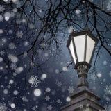 抽象空白背景圣诞节黑暗的装饰设计模式红色的星形 与雪的街灯 库存图片