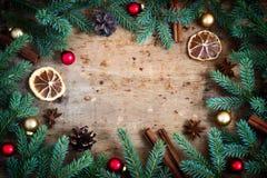 抽象空白背景圣诞节黑暗的装饰设计模式红色的星形 冷杉分支在cir安排的玩具香料 免版税库存照片