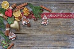 抽象空白背景圣诞节黑暗的装饰设计模式红色的星形 圣诞树,自创姜饼曲奇饼,金黄心脏,在老木背景的肉桂条 复制s 免版税库存图片