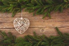 抽象空白背景圣诞节黑暗的装饰设计模式红色的星形 圣诞节与圣诞树玩具的杉树在与拷贝空间的老木板背景 定调子 免版税库存照片