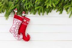 抽象空白背景圣诞节黑暗的装饰设计模式红色的星形 圣诞节与圣诞节袜子的杉树在与拷贝空间的白色木板背景 免版税库存图片