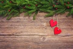 抽象空白背景圣诞节黑暗的装饰设计模式红色的星形 圣诞节与红色心脏的杉树在老木板背景,拷贝空间 定调子 免版税库存图片