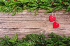 抽象空白背景圣诞节黑暗的装饰设计模式红色的星形 圣诞节与红色心脏的杉树在老木板背景,拷贝空间 免版税库存照片