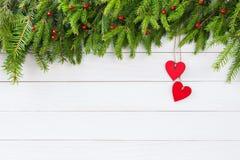 抽象空白背景圣诞节黑暗的装饰设计模式红色的星形 圣诞节与红色心脏装饰的杉树在白色木板背景 免版税库存照片