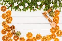 抽象空白背景圣诞节黑暗的装饰设计模式红色的星形 圣诞节与装饰的杉树在与拷贝空间的白色木背景 图库摄影