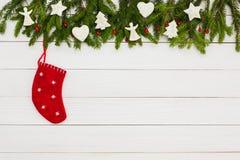 抽象空白背景圣诞节黑暗的装饰设计模式红色的星形 圣诞节与装饰的杉树在与拷贝空间的白色木背景 库存图片