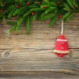 抽象空白背景圣诞节黑暗的装饰设计模式红色的星形 圣诞节与装饰的杉树在木板 库存照片