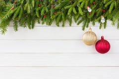 抽象空白背景圣诞节黑暗的装饰设计模式红色的星形 圣诞节与装饰的杉树在白色木板背景,拷贝空间 库存照片