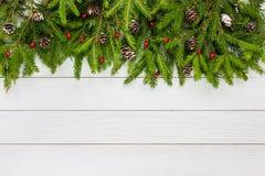 抽象空白背景圣诞节黑暗的装饰设计模式红色的星形 圣诞节与装饰的杉树在白色木板背景,拷贝空间 免版税库存照片
