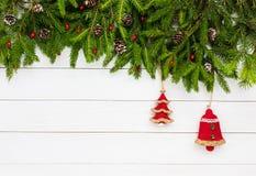抽象空白背景圣诞节黑暗的装饰设计模式红色的星形 圣诞节与装饰的杉树在白色木板背景 库存图片