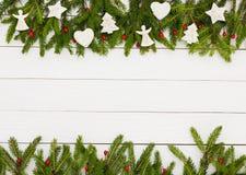 抽象空白背景圣诞节黑暗的装饰设计模式红色的星形 圣诞节与装饰的杉树在白色木背景,拷贝空间 图库摄影