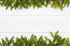 抽象空白背景圣诞节黑暗的装饰设计模式红色的星形 圣诞节与装饰的杉树在白色木背景,拷贝空间 免版税图库摄影
