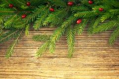 抽象空白背景圣诞节黑暗的装饰设计模式红色的星形 圣诞节与装饰的杉树在老木板 定调子 免版税库存图片