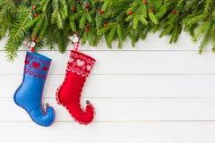 抽象空白背景圣诞节黑暗的装饰设计模式红色的星形 圣诞节与装饰,在白色木板背景,拷贝空间的两只圣诞节袜子的杉树 库存照片