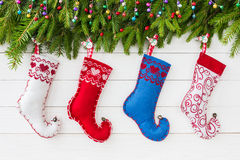 抽象空白背景圣诞节黑暗的装饰设计模式红色的星形 圣诞节与装饰,在白色木背景,拷贝spac的五颜六色的圣诞节袜子的杉树 免版税图库摄影