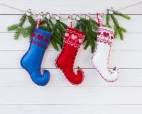 抽象空白背景圣诞节黑暗的装饰设计模式红色的星形 圣诞节在白色木板背景的杉树和羊毛袜子与拷贝空间 免版税库存照片