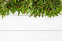 抽象空白背景圣诞节黑暗的装饰设计模式红色的星形 圣诞节在白色木板背景,拷贝空间的杉树 库存图片