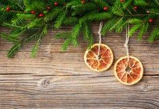 抽象空白背景圣诞节黑暗的装饰设计模式红色的星形 圣诞节杉树和桔子在老木背景,拷贝空间 图库摄影
