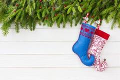 抽象空白背景圣诞节黑暗的装饰设计模式红色的星形 圣诞节杉树,在白色木板背景,拷贝空间的圣诞节袜子 库存照片