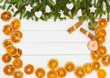 抽象空白背景圣诞节黑暗的装饰设计模式红色的星形 圣诞节杉树,在白色木背景,拷贝空间的装饰 库存照片
