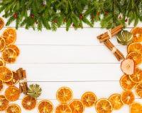 抽象空白背景圣诞节黑暗的装饰设计模式红色的星形 圣诞节杉树,干桔子,在白色木背景,拷贝空间的桂香 免版税库存照片