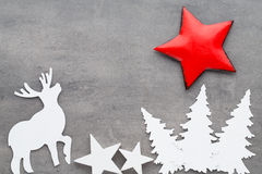 抽象空白背景圣诞节黑暗的装饰设计模式红色的星形 在一灰色backgroun的白色树装饰 免版税库存图片