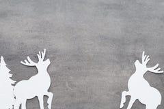 抽象空白背景圣诞节黑暗的装饰设计模式红色的星形 在一灰色backgroun的白色树装饰 图库摄影