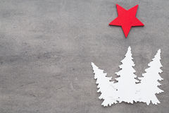抽象空白背景圣诞节黑暗的装饰设计模式红色的星形 在一灰色backgroun的白色树装饰 免版税库存照片