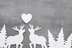 抽象空白背景圣诞节黑暗的装饰设计模式红色的星形 在一灰色backgroun的白色树装饰 库存照片