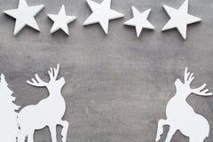 抽象空白背景圣诞节黑暗的装饰设计模式红色的星形 在一灰色backgroun的白色树装饰 库存图片