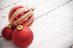 抽象空白背景圣诞节黑暗的装饰设计模式红色的星形 在木的白色的桃红色圣诞节装饰品 免版税库存照片