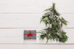 抽象空白背景圣诞节黑暗的装饰设计模式红色的星形 在杉树的礼物盒在白色木头 库存照片