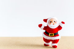 抽象空白背景圣诞节黑暗的装饰设计模式红色的星形 在棕色桌上的圣诞老人 库存图片
