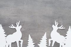抽象空白背景圣诞节黑暗的装饰设计模式红色的星形 在灰色背景的白色树装饰 库存照片