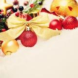 抽象空白背景圣诞节黑暗的装饰设计模式红色的星形 在白色雪的Xmas红色球装饰 免版税图库摄影