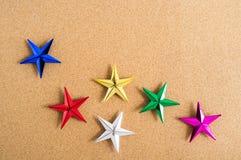 抽象空白背景圣诞节黑暗的装饰设计模式红色的星形 在黄柏板的五颜六色的星 免版税库存照片